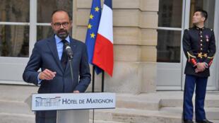 """ادوار فیلیپ نخست وزیر فرانسه، پس از پایان یک نشست ویژه در زمینه حل بحران """"جلیقه زردها"""" که در دفترش برگزار شد، در مقابل خبرنگاران قرار گرفت و از یک برنامه زمانی خبر داد. دوشنبه ٩ اردیبهشت/ ٢٩ آوریل ٢٠۱٩"""