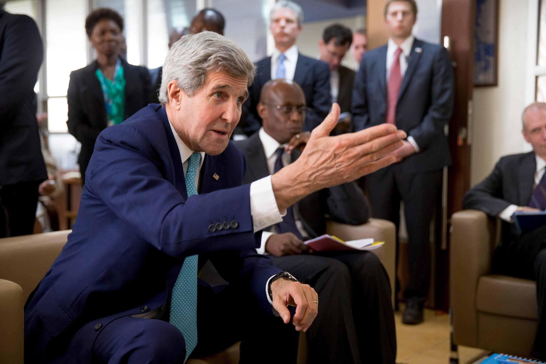 Le secrétaire d'Etat John Kerry, parle par vidéo interposée à un groupe de jeunes réfugiés somaliens de Dabaab, au siège du Haut commissariat aux réfugiés, à nairobi.
