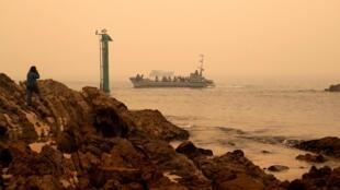 Evacuation de la population dans la région de Mallacoota par la marine australienne, le 3 janvier 2020. Des témoins rapportent la hauteur phénoménale des flammes: 15 mètres.