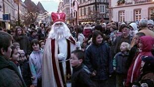 Desfile do São Nicolau nas ruas de Estrasburgo no leste da França.