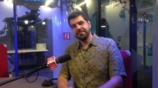 O pianista e compositor André Mehmari nos estúdios da RFI em Paris.