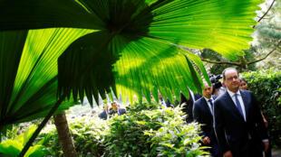 François Hollande en visite aux jardins botaniques de Singapour, le 27 mars 2017.