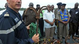 Jean-Marc le Quilliec, capitaine de la frégate française Nivôse, montre le matériel que possédaient les pirates somaliensarrêtés le 14 avril dernier: des kalashnikov et des ancres servant de grappins.