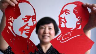 Una artista china presenta figuras de papel de Mao que creó para el 95° aniversario de la creación del Partido Comunista de China, el 30 de junio de 2016 en Handan, provincia de Hebei.