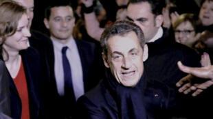 Nicolas Sarkozy le nouveau président du parti de l'UMP à la sortie de son siège de campagne, le 29 novembre.
