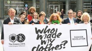 Miembros del colectivo Fashion Revolution se manifiestan en Bruselas en abril de 2015, en el segundo aniversario del derrumbamiento del Rana Plaza Bangladesh.