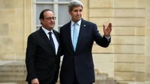 Rais Hollande na waziri wa mambo ya nje wa Marekani John Kerry katika Ikulu ya Elysée, Novemba 17, 2015.