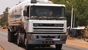 Un véhicule citerne sur une route au Burkina Faso.