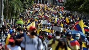 Los manifestantes participan en una nueva protesta contra el gobierno del presidente colombiano Iván Duque, en Cali, Colombia, el 19 de mayo de 2021.