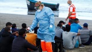 Des humanitaires prennent la température de migrants arrivés sur les îles Canaries, le 20 octobre 2020.