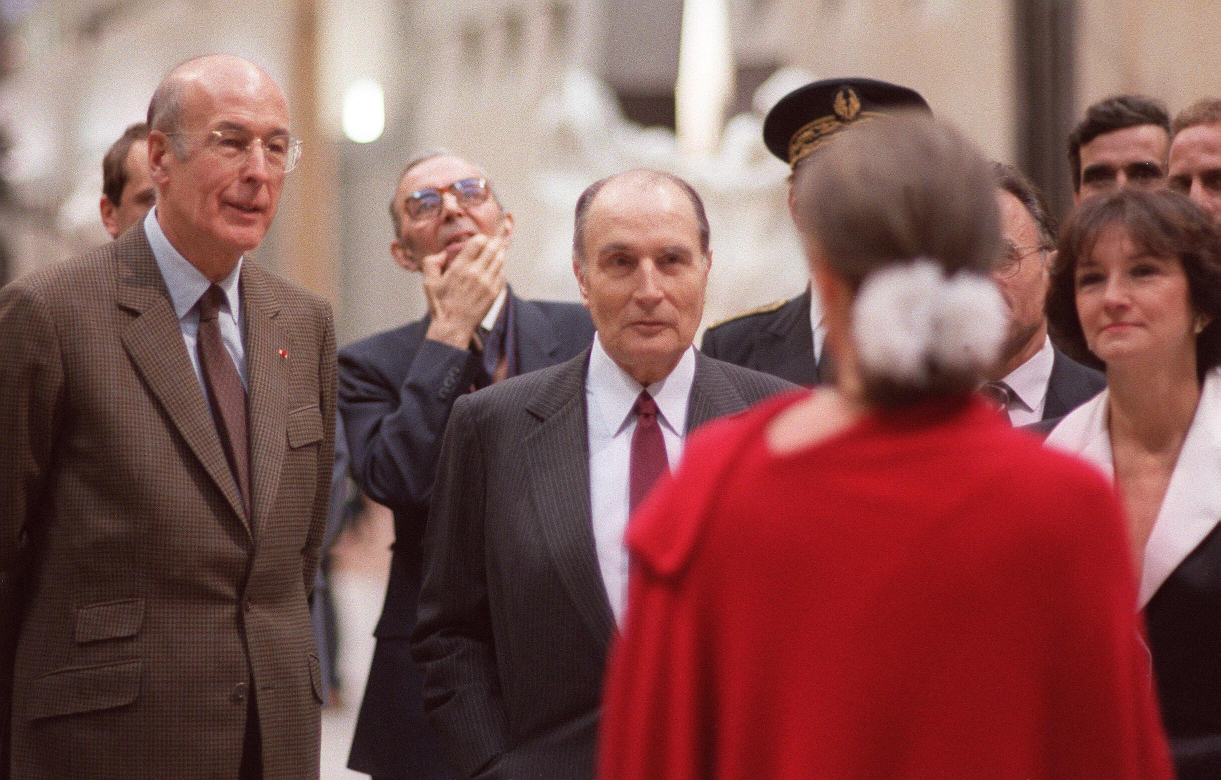 Echanges de regards entre l'ancien président François Mitterrand et Anne Pingeot (de dos), au Musée d'Orsay, le 1er décembre 1986.