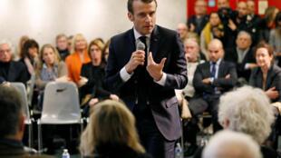 """Emmanuel Macron fez visita surpresa a reunião de """"coletes amarelos"""" para responder perguntas da população"""