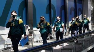 La selección olímpica de sóftbol femenino de Australia, desembarca en el aeropuerto de Narita para tomar parte de los Juegos de Tokio, el 1 de junio de 2021