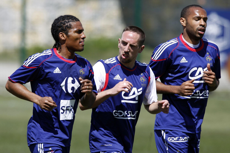 Franck Ribéry entre Malouda et Henry durant le Mondial 2010.