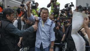 黎智英在被警方带走之前高呼口号,香港,2014年12月11日。