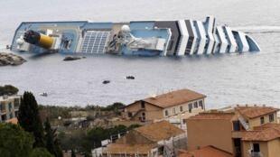 Tàu Costa Concordia đâm vào đá ngầm và bị lật nghiêng tại đảl Giglio của Ý ngày 14/01/2012