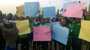 Wachezaji wa timu ya wanawake ya Nigeria wakiandamana katika barabara za jiji la Abuja