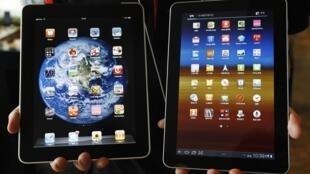 Máy iPad của Apple (trái) và Galaxy 10.1 của Samsung (phải).