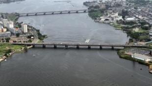 Le pont Félix-Houphouët-Boigny à Abidjan en 2011 (en bas).