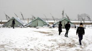 Des réfugiés syriens au Liban marchent dans la neige, le 9 janvier 2013.