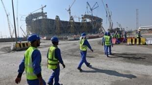 Construction d'un des stades qui servira durant la Coupe du monde de football en 2022 au Qatar.