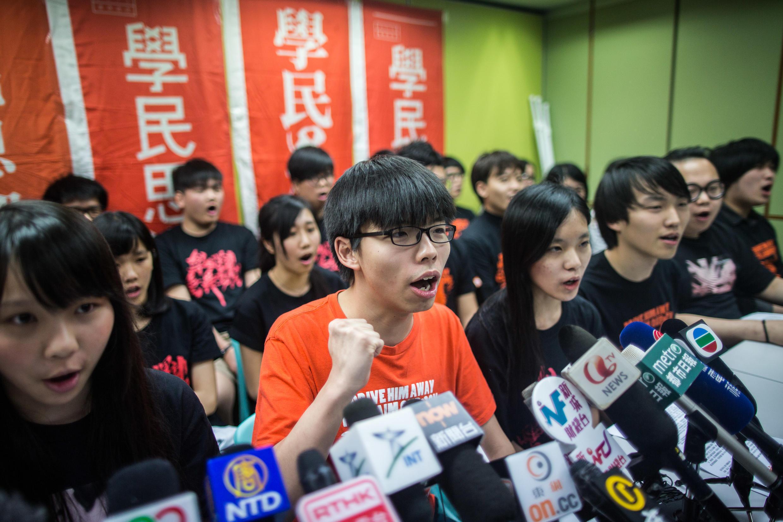 Sinh viên đấu tranh Hoàng Chi Phong (G), 19 tuổi, và các thành viên khác của phong trào dân chủ Scholarism, họp báo hôm 20/03/2016 tại Hồng Kông.