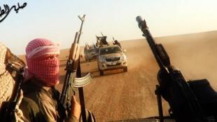 Des membres de l'Etat islamique près de Tikrit en Irak. Photo extraite d'une vidéo de propagande du groupe jihadiste mise en ligne le 8 juin 2014.