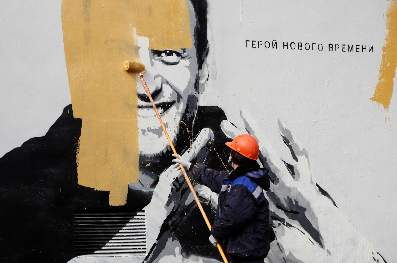 Предположительно художники наносили рисунок на стену с 18 часов 27 апреля по 8:30 утра 28 апреля