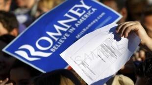 Pensacola, Floride, 28 janvier 2012. Un sympathisant du candidat républicain Mitt Romney tend un modèle de bulletin de vote pour obtenir un autographe. «Crois en l'Amérique», proclame la pancarte.