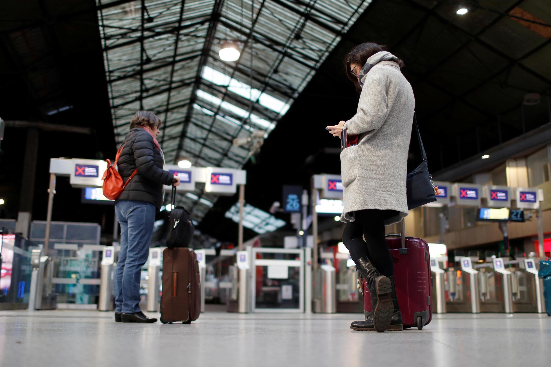 Hành khách đợi tàu tại nhà ga Saint-Lazare, Paris, Pháp ngày 21/12/2019