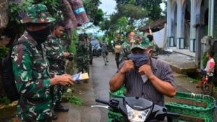 印尼士兵进行防疫检疫资料图片