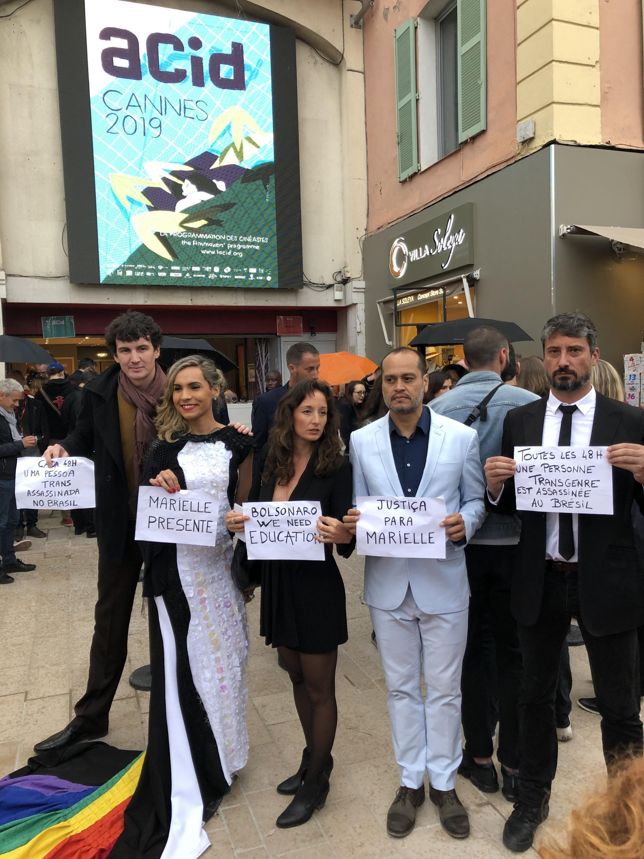 Equipe do filme fizeram protesto antes da projeção em Cannes