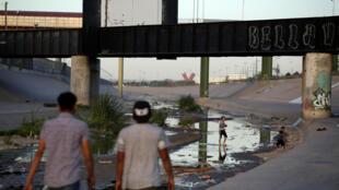 Niños jugando en el Río Bravo, en la parte mexicana de la frontera EEUU-México, en Ciudad Juarez.