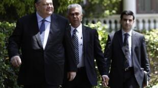 O líder socialista Evangélos Vénizélos deixa o palácio do governo em Atenas, após reunião de domingo, 13 de maio