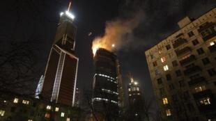 Incêndio atingiu o topo de grande edifício no distrito corporativo de Moscou, nesta terça-feira.