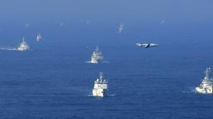Không ảnh của hãng Kyodo cho thấy các tàu hải giám, tàu kiểm ngư Trung Quốc vây quanh tàu tuần duyên Nhật Bản gần quần đảo Senkaku/Điếu Ngư ở biển Hoa Đông. Ảnh chụp ngày 18/09/2012.
