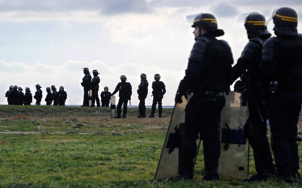 Массовую драку удалось остановить после вмешательства полиции, применившей слезоточивый газ.