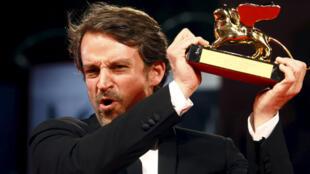 El cineasta venezolano al recibir el León de Oro en Venecia.