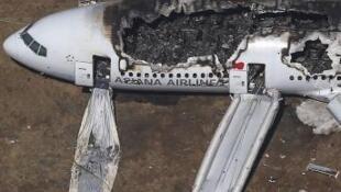 Imagem do Boeing 777 da Asiana Air Lines, parcialmente queimado, depois do acidente no Aeroporto Internacional de São Francisco (USA), em 6 de julho de 2013.