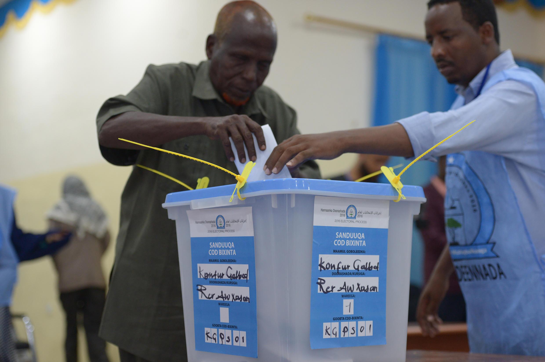 A man casting his ballot in Baidoa