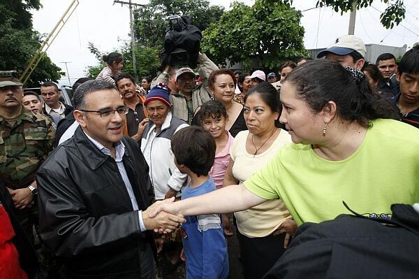 El presidente Mauricio Funes saluda a damnificados por la tormenta Agatha en San Salvador.