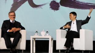 """Đạo diễn Steven Spielberg (T) và Jack Ma tại buổi họp thông báo """"hợp tác"""" giữa Amblin Partners và Alibaba Pictures Group Limited, tại Bắc Kinh ngày 09/10/2016."""