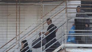Des réfugiés sont expulsés de l'aéroport abandonné d'Hellenikon, près d'Athènes, en Grèce, le 2 juin 2017. La Grèce est devenue une des principales portes d'entrée en Europe pour les personnes qui fuient les conflits au Moyen-Orient.