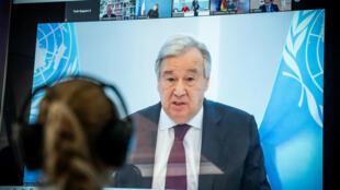 Una persona sigue la intervención de Antonio Guterres durante una videoconferencia sobre el clima, el 28 de abril de 2020 en Berlín