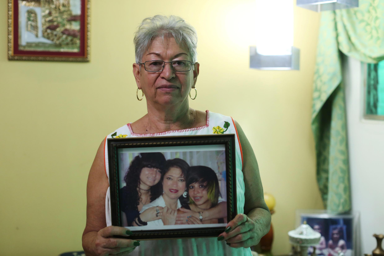 María Gloria Cerén posa con una fotografía de su hija Susana y sus nietos, que viven en EEUU bajo la protección del TPS. Santa Tecla, El Salvador, el 8 d enero de 2018.