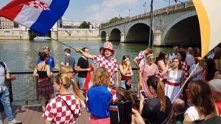 """Torcedores croatas na capital francesa, ocupam a """"péniche"""" Ponton Milan, em 15 de julho de 2018."""