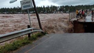 A ponte sobre o rio Licungo parcialmente derrubada