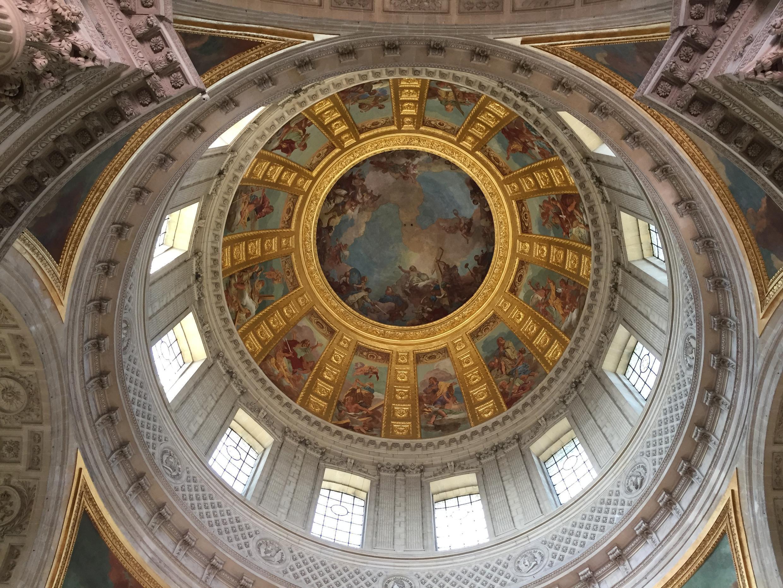 Bên trong Nhà Vòm điện Invalides, Paris.