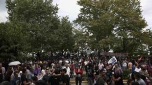 Centenas de pessoas reunidas em protesto contra o encerramento da televisão e rádio públicas (ERT).
