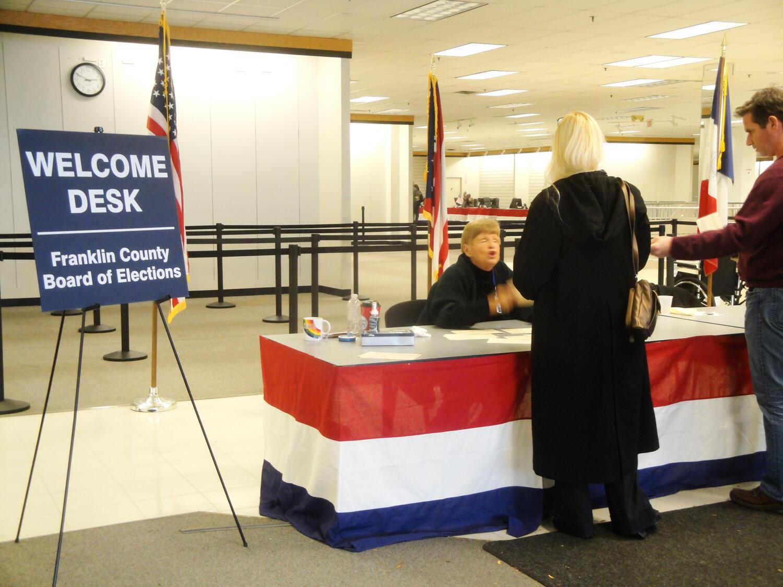 Một số cử tri đi bầu trước thời hạn tại Columbus, bang Ohio (Reuters)